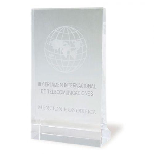 Trofeo de cristal en forma rectangular.