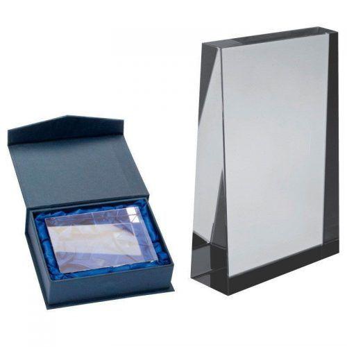 Pequeño bloque rectangular de cristal.