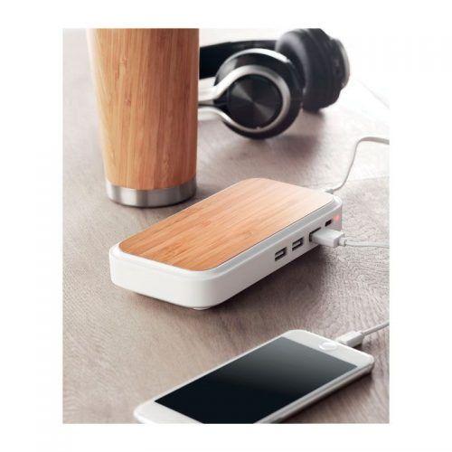Cargador inalámbrico de bambú con tres puertos USB.