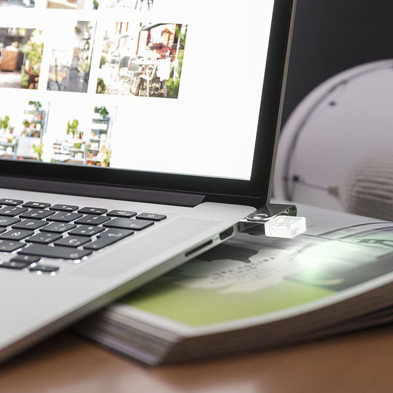 Memoria USB 8GB con luz blanca.