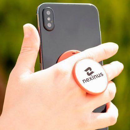 Sujeta móvil con logo